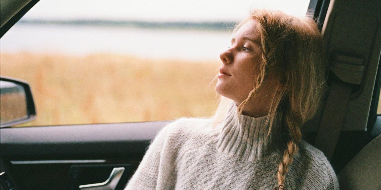 Wygodny sweter damski do noszenia po domu