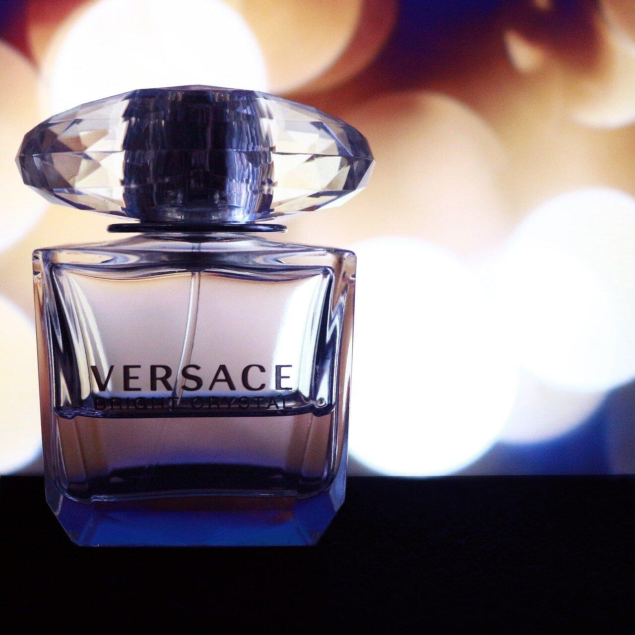Perfumy Versace – podstawowe informacje, ceny, próbki