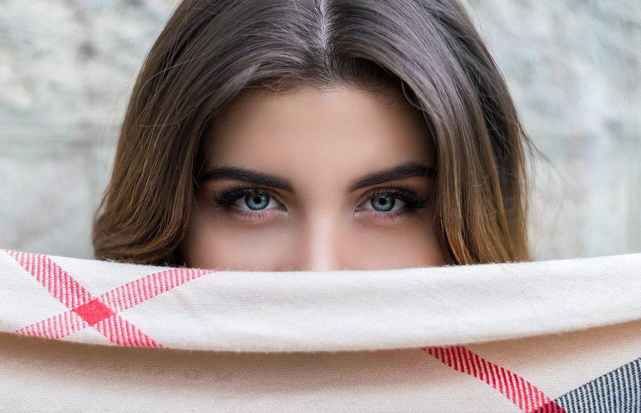 Henna pudrowa brwi – co to jest, jak zrobić i ile kosztuje?